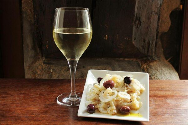 Un bon plat de morue accompagné de Vinho verde
