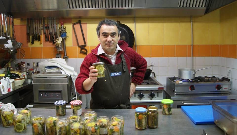 Préparation de conserves maison avec des verrines de sardines aux aromates