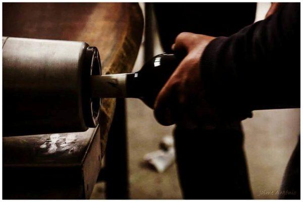 Capsulage manuel des bouteilles - Geraçoes Xisto - Vins du Douro Portugal